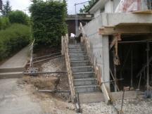 Garagenanbau aus Beton, Aussentreppe frisch betoniert. In Möhlin.