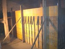 Wandschalung erstellen für Betonmauer im Gebäudeinnern