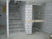 Liftschacht und neue Treppe in best. Gebäude neu erstellt.