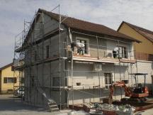 Fassadensanierung am älterem EFH in Möhlin, Fläche ausspachteln inklusive Netzeinlage gegen Risse