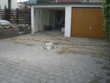 Neue Garagenzufahrt aus Verbundsteinen. Hier beim Ausfugen der Steine mit Schlämmsand. DEFH in Möhlin.