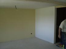 Renovation Wohnzimmer. Fertig abgeriebene farbige Wände.