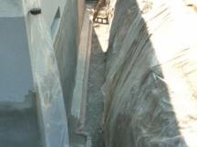 Feuchter Keller? Rundum Ausgraben, neue Sickerleitung und Wand abdichten.