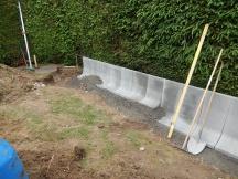Umgebungsanpassung der Höhe mit Winkelplatten aus Beton, Ringweg in Möhlin.