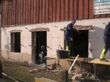 Durchbrüche für Fenster und Türe. Wohnungseinbau in Scheune in Möhlin.