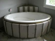 Badezimmer Renovation, Neue Badewanne einmauern.