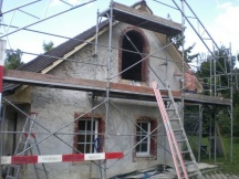 Alter Verputz abgeschliffen, Grundputz reparieren, Netz gegen Risse aufziehen und einspachteln