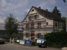 Defekter Verputz abgeschliffen. Fassade sanieren inkl. Sandsteingewände reparieren.