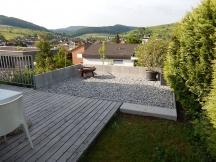 Grillplatz bei Einfamilienhaus oberhalb Böschung mit natürlichem Flair, Rheinkies 16-32mm in Magden.