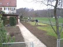 Humusplanie für Rasen, angleichen an neue Wege.