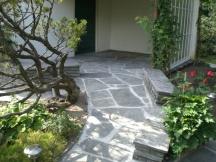neu verlegte formwilde gespaltene Granitplatten, mit Zementmörtel ausgefugt in Rheinfelden