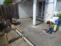 um Senkungen im Sitzplatz zu verhindern wird Kieskoffer ausgebaut und eine Betonplatte vor Ort erstellt. Frankenstrasse in Möhlin.