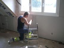 Gipskartonplatten an Wände montieren und mit Netzeinlage zuspachteln. EFH Renovation in Möhlin.