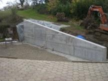 neue Stützmauer aus Beton in Kaisten