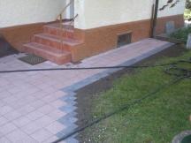 Hauseingang mit neuen Verbundsteinen.
