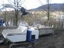 Uferböschungen verbauen mit Schwarzwaldgranit mit Maschineneinsatz in Stein.