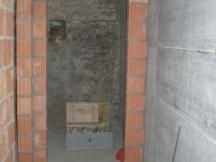 Backsteinmauerwerk neben Betonwand, neue Räume entstehen.