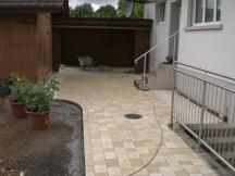 Sanierung der kompletten Umgebung eines Einfamilienhauses in Sisseln. Gelb eingefärbter Betonpflasterstein wild verlegt.