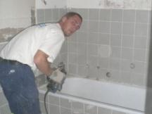 Badezimmer Renovation, alte Platten wegspitzen und Wanne rausreissen.