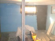 Wände isolieren mit Styrofoam und Netz einspachteln gegen Risse und zur Aufnahme von Abrieb.