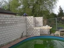 Kalksandsteinmauern im Garten.